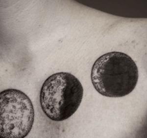 tatouage de lune noire