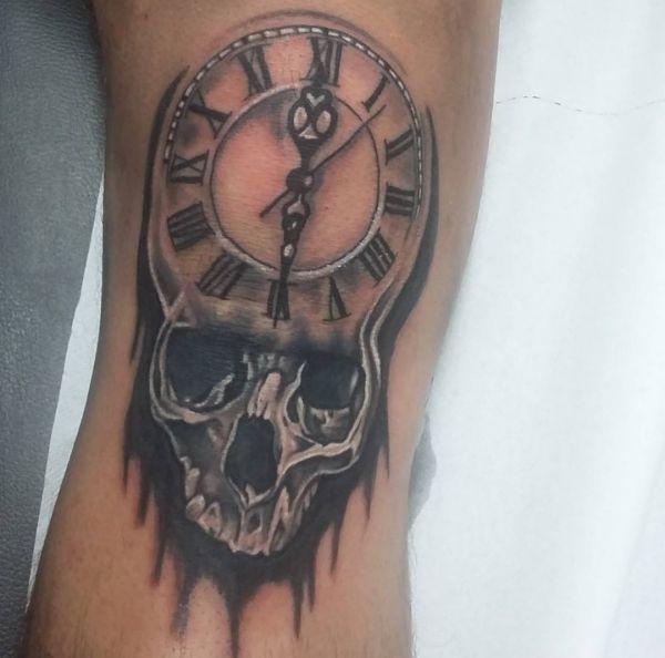 Uhr Tattoos 25 Ideen Bedeutungen Bilder und Entwrfe