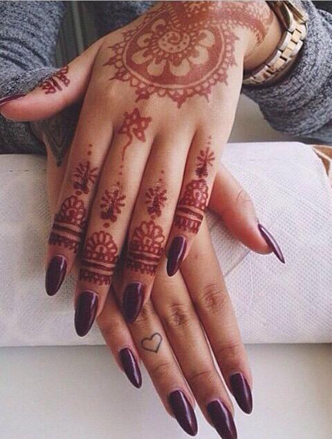 Tatuajes En Las Manos Anillos Y Uñas Acrílicas La Combinación
