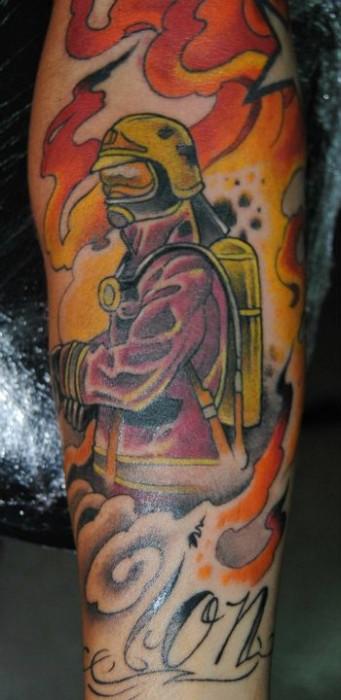 Tatuaje de un bombero apagando llamas  Tatuajes de Fuego