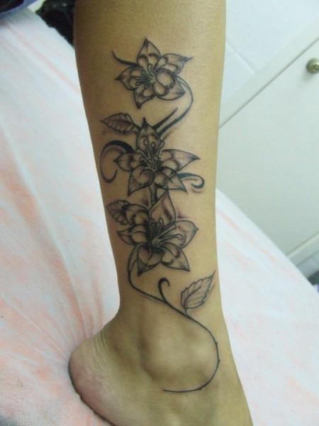 Tatuaje De Unas Flores En Una Enredadera