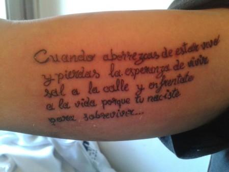 Tatuaje De Una Frase En La Parte Interior Del Brazo