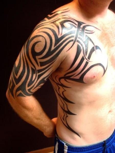 Tatuaje De Un Tribal En El Brazo Pecho Y Costado