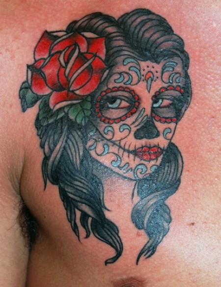 Tatuaje De Una Calavera Mexicana Con Una Flor En El Pelo