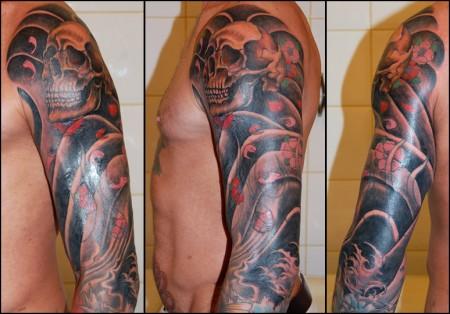 Tatuaje De Calaveras Y Agua En El Brazo