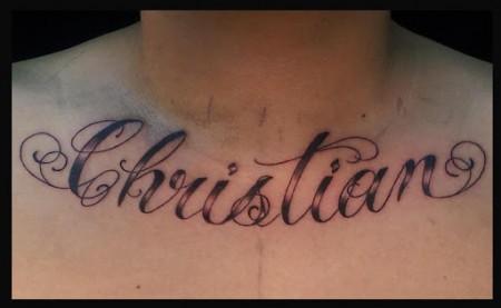 Tatuaje De Un Nombre Debajo Del Cuello
