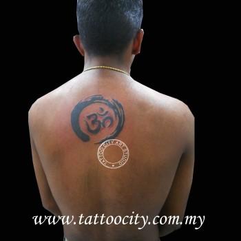 Tatuaje De Un Círculo Zen Con El Om Dentro