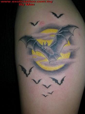 Tattoo De La Luna Con Murciélagos Volando