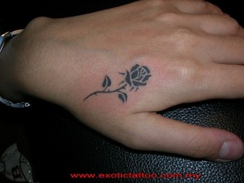 Tatuaje De Una Rosa En La Mano