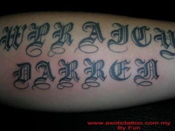 Tatuaje De Una Frase Con Letras Góticas