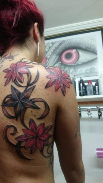 Tatuaje De Grandes Flores Y Estrellas En La Espalda De Una Mujer