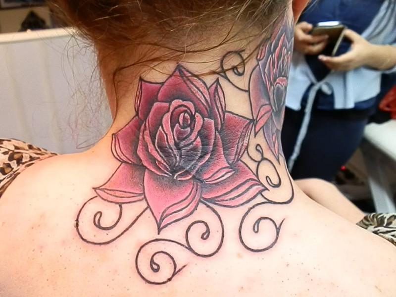 Tatuaje De Grandes Rosas En La Nuca Y Cuello De Una Mujere