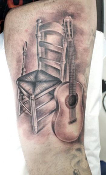 Tatuaje de una guitarra espaola y una silla  Tatuajes en