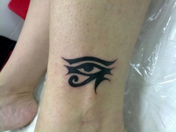 Tatuaje De Un Ojo De Horus En El Tobillo