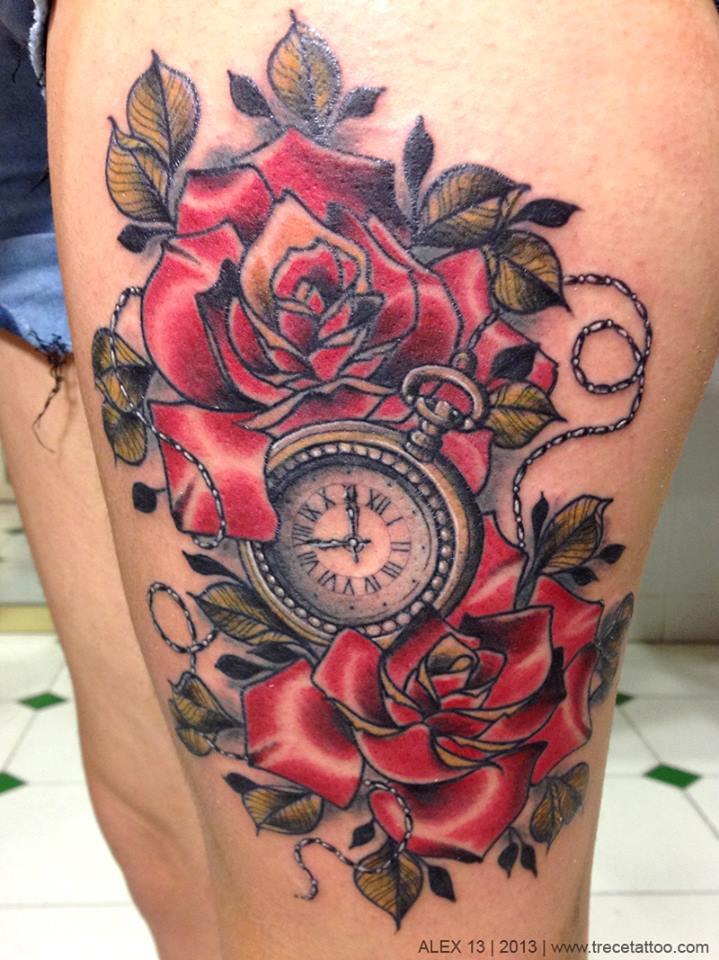 Tatuaje De Un Reloj Entre Rosas Rojas