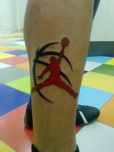 Tatuaje Del Logo De Air Jordan Con Una Pelota De Baloncesto Detras