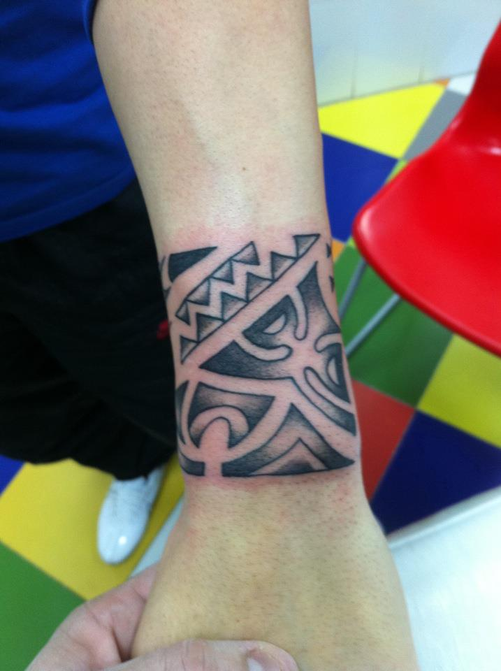 Tatuaje De Un Brazalete Tribal En La Muñeca