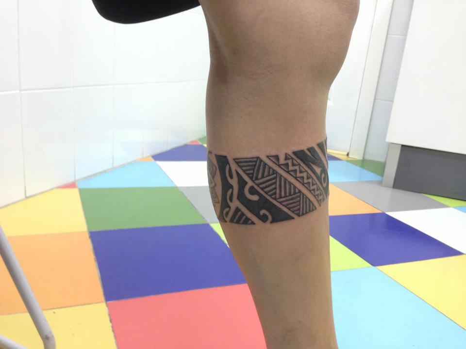 Tatuaje De Un Brazalete En La Pierna