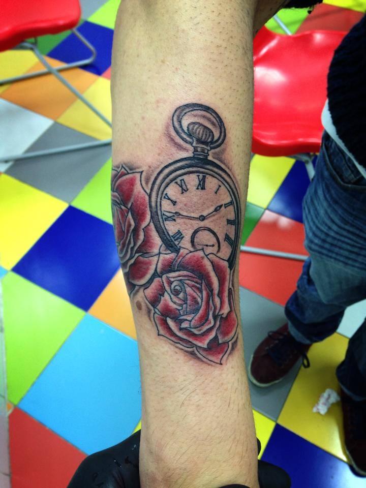 Tatuaje De Unas Rosas Y Un Reloj En Blanco Y Negro En El Antebrazo
