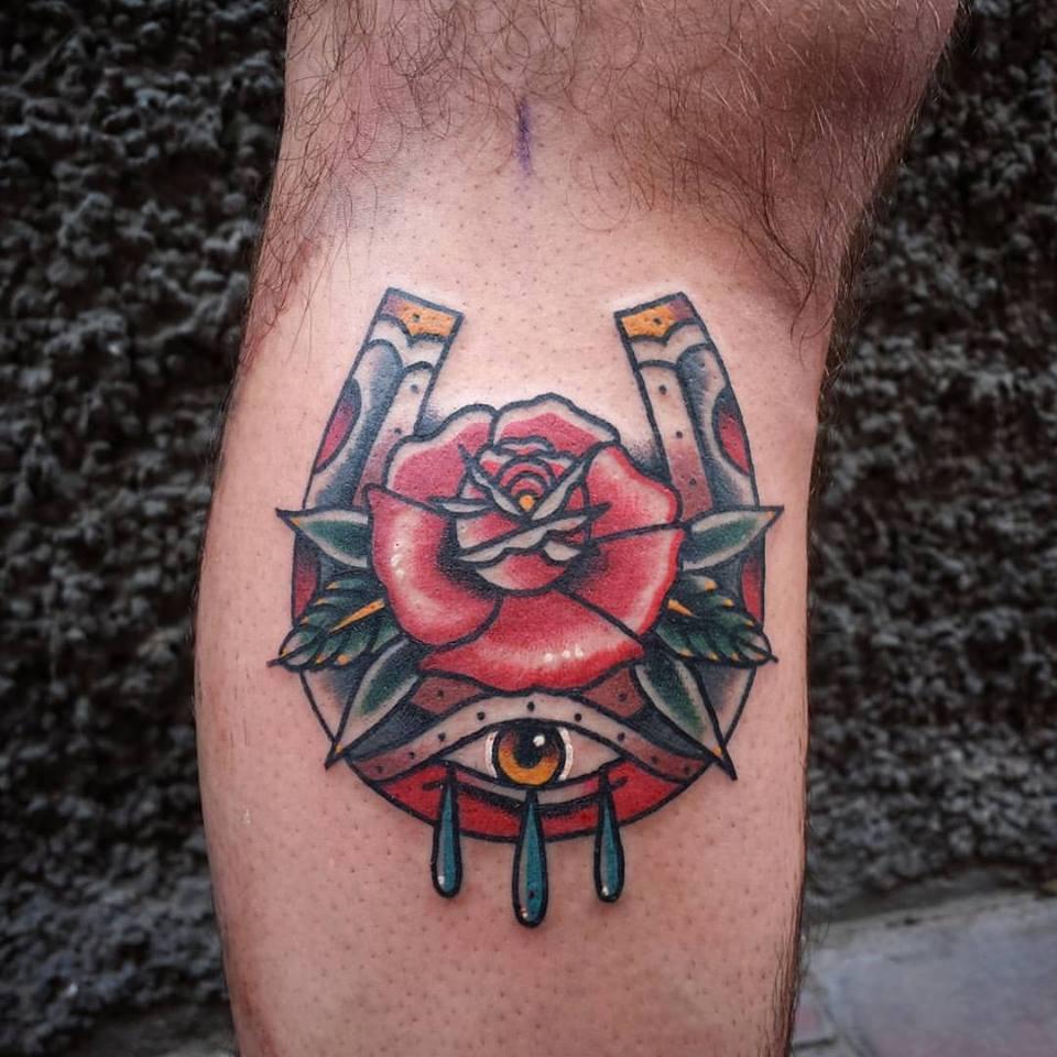 Tatuaje De Una Herradura Con Ojo Llorando Y Una Rosa