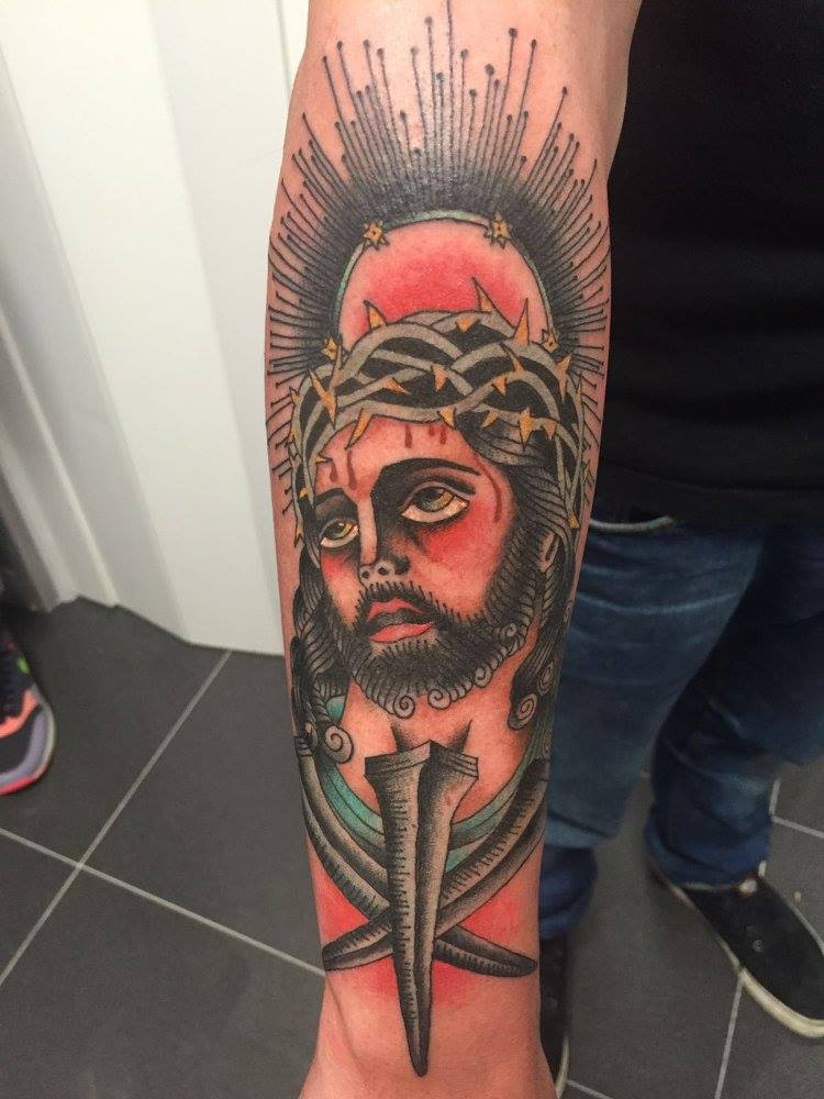 Tatuaje Old School De Cristo En El Antebrazo