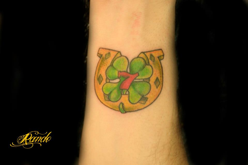 Tatuaje De La Suerte Una Herradura Un Trébol De 4 Hojas Y El Número 7