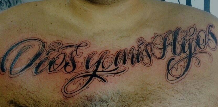 Tattoo De Una Frase En El Pecho De Un Hombre