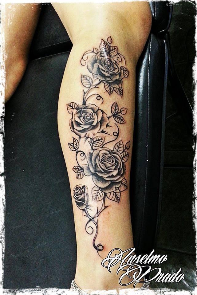 Tatuaje De Rosas En Blanco Y Negro Por La Pierna De Una Mujer