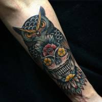 Tatuaje De Un Búho Calavera Con Flores En Los Ojos