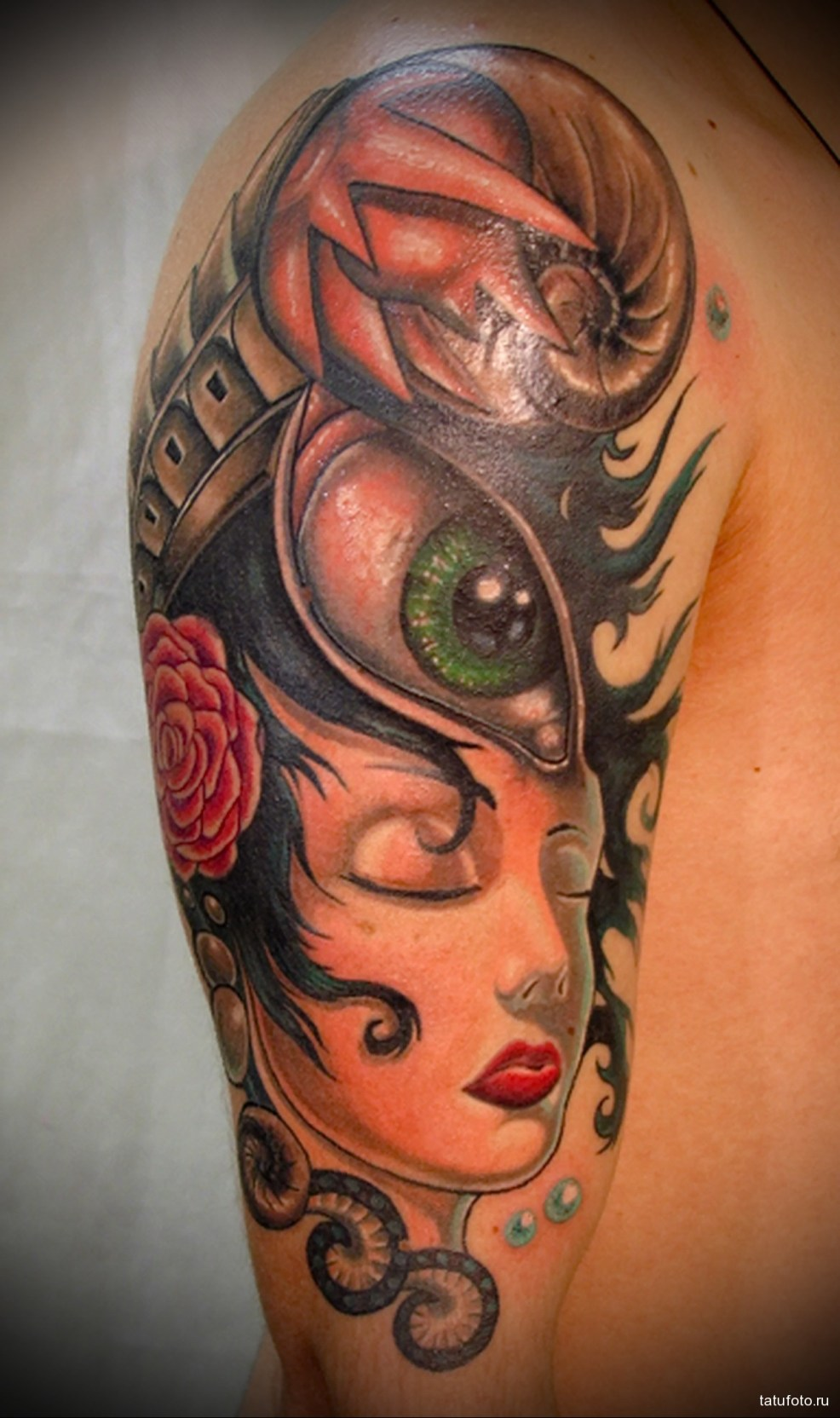 тату девушка глаз и улитка мужская татуировка на плече