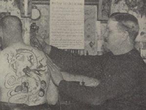 Foto av Samuel O'Reilly, tatuerar en kund med elektrisk tatueringsmaskin.