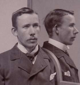 Svartvitt porträttfoto av Johan Alfred Andersson Ander, från polisen, år 1900.