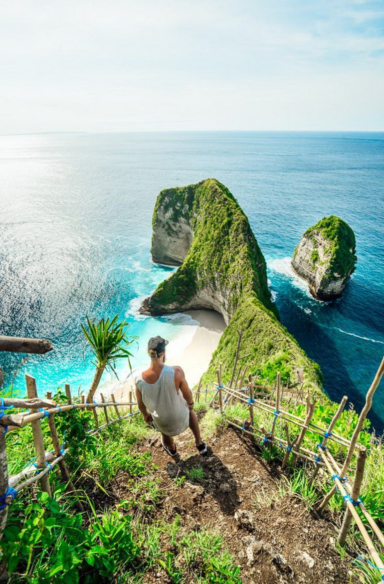 Crystal Bay Nusa Penida Indonesia - Body of water, Coast, Coastal and oceanic landforms, Green, Natural landscape, Ocean, Outdoor structure, People in nature, Rock, Vegetation, Water