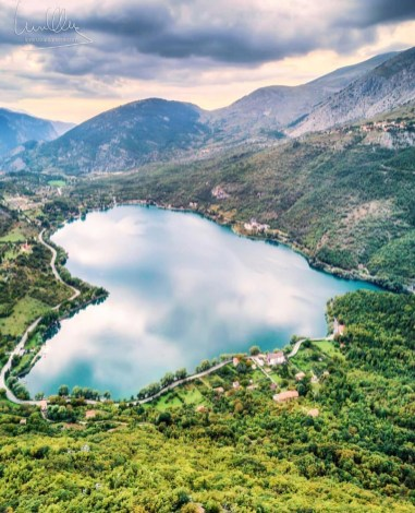 Sulmona, Lago di Scanno L'Aquila Italy - Azure, Bank, Cloud, Coastal and oceanic landforms, Highland, Lake, Mountain, Mountainous landforms, Natural landscape, Plant, Sky, Tree, Water, Water resources, Watercourse