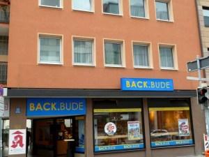 BackBude Nürnberg Vernetzung vom Vordach mit Schriftzug