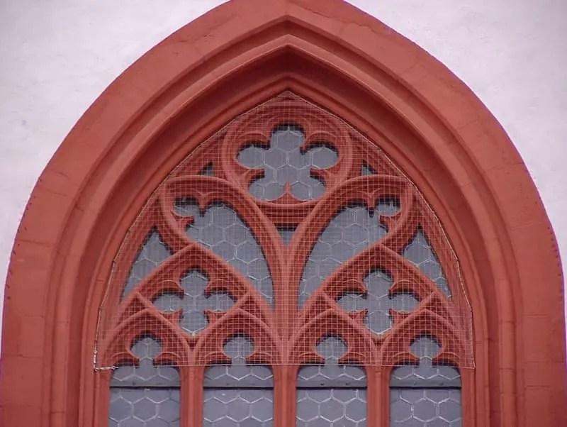 Vernetzung Kirchenfenster mit Edelstahlnetz in Würzburg