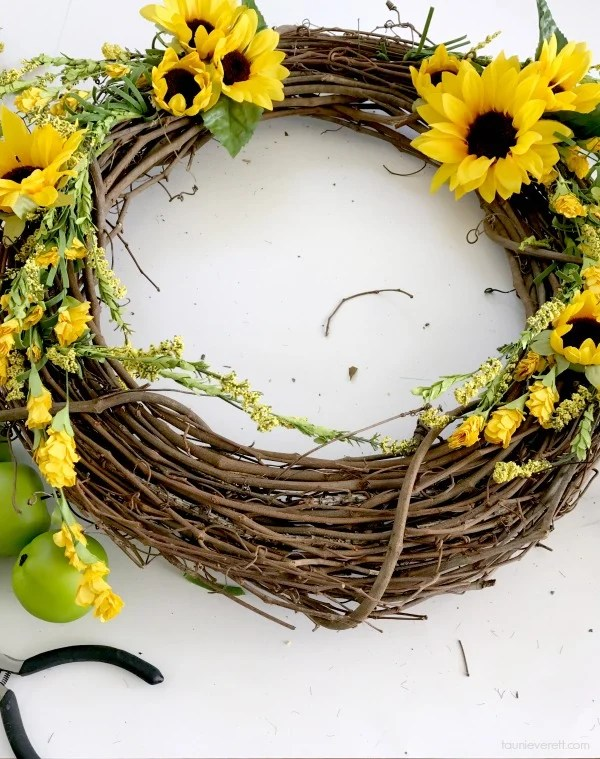 Inexpensive DIY Fall Apple Wreath. Great directions!