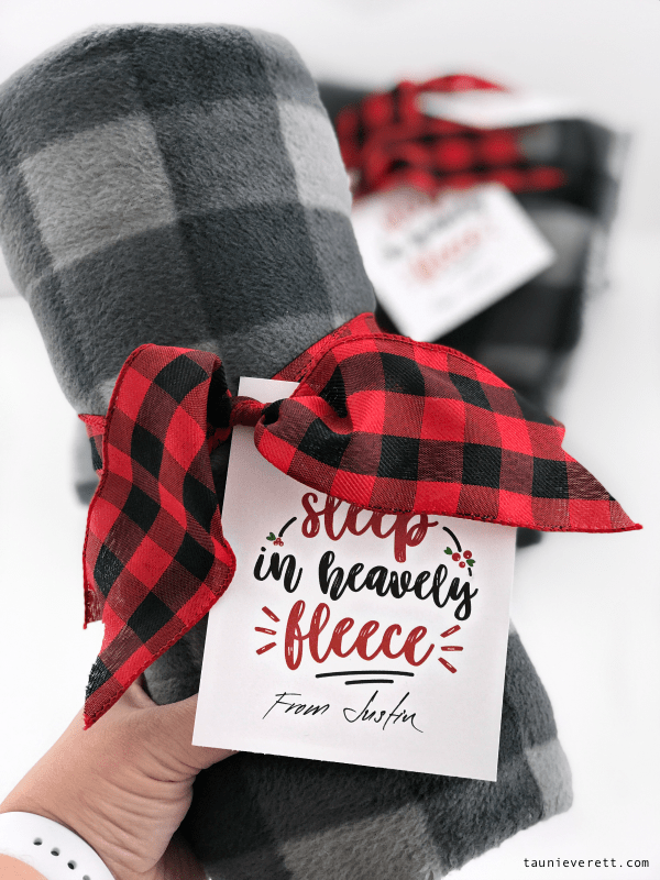 Fleece blanket Christmas gift idea + free printable gift tag. This could also be used with pjs. #christmas #holiday #christmasprintable #christmasgift #neighborgiftidea