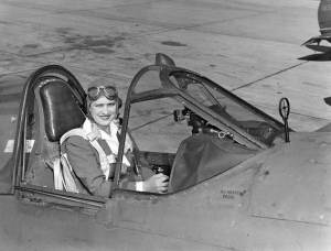 Jacqueline_Cochran_in_a_Curtiss_P-40_Warhawk