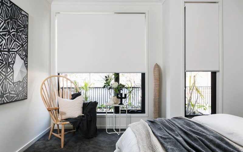Modern Bedroom With White Window Blinds Nesting Persianas pertaining to Modern Bedroom Blinds