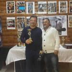 Dr. Ömer Kukul bir turnuvada ödül alırken