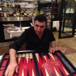 Nevzat Doğan sahibi olduğu brasserie'de tavla oynuyor