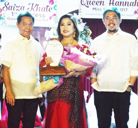 BIGUEÑA OF THE YEAR. Ni dati a Vigan City Mayor Eva Marie S. Medina ti napili a Bigueña of the Year ket inawatna ti pammadayaw bayat ti panangselebrar ti Vigan City iti panagbalinna a siudad itay Enero 22. Kadua ni Medina iti ladawan ti kaingungotna a ni dati a Mayor Ferdinand Medina ken ni agdama a Mayor Juan Carlo Medina. Iti babaen ti panangituray ni Medina, naglupos ti Vigan manipud iti maysa nga ordinario nga ili ket nagbalin a maysan kadagiti siudad a tourist destination iti pagilian. (Photo by Vigan City PH)