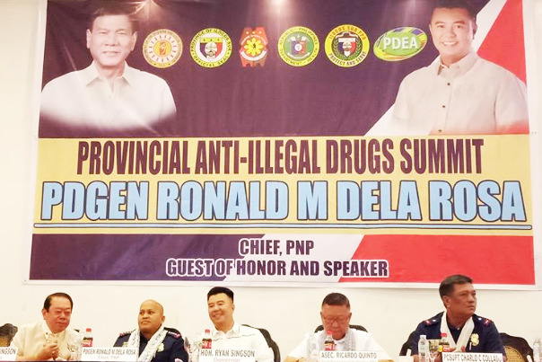 ILOCOS SUR ANTI-ILLEGAL DRUGS SUMMIT. Mismo a ni PNP Chief Police Director General Ronald M. Dela Rosa (maikadua manipud iti kannigid) ti kangrunaan a bisita ken speaker iti Provincial Anti-Illegal Drugs Summit a naangay iti Vigan Convention Center idi Marso 22, 2017. Kadua ti PNP Chief da (agpakannawan) Vice Governor Jeremias Singson, Governor Ryan Luis Singson, Asec Ricardo Quinto, PDEA Deputy Director General for operation ken PRO1 Regional Director Chief Supt. Charlo C. Collado. (Photo by ISPPO)