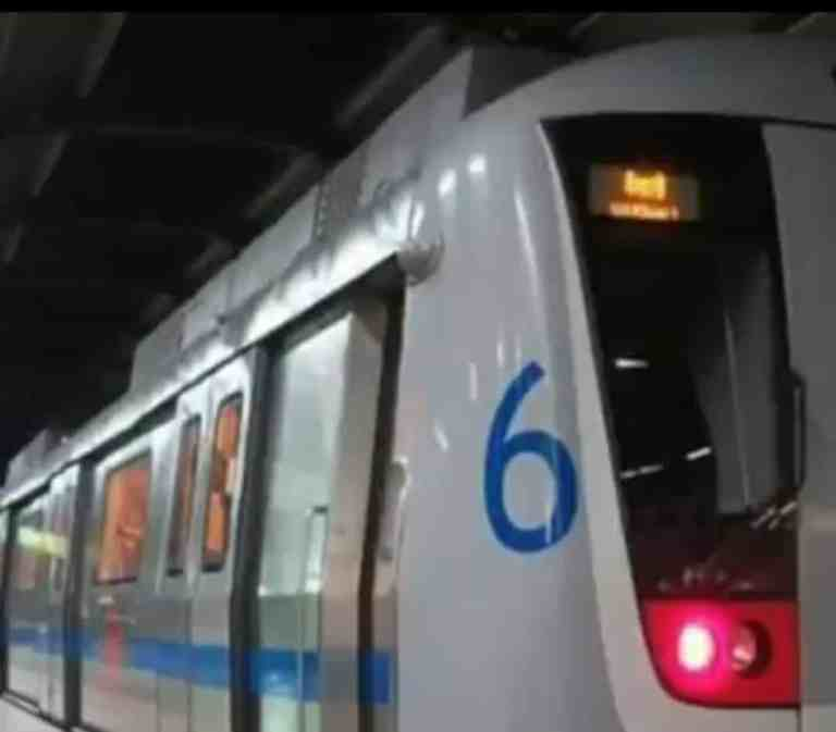 Attention those traveling in Delhi Metro 🚇 will not be able to travel by standing now