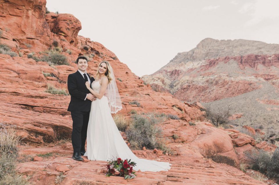 Taylor Made Photography captures bride and groom in Calico Basin in Red Rock Canyon