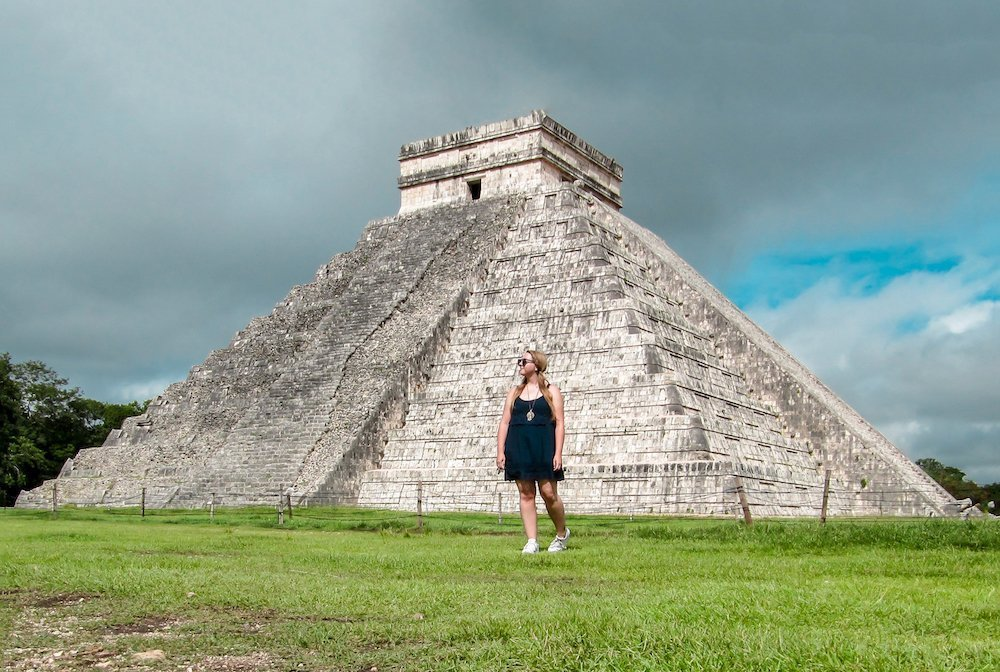 taylor stands in front of the main pyramid of chichen itza in Mexico