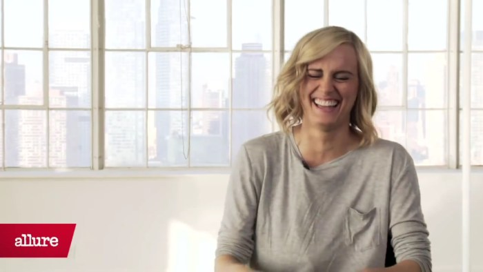 Taylor Schilling Goes to Jail, Draped in Jewels.mp4_20160112_211459.328