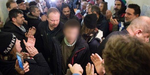 Fabio geht durch eine Menschenmenge, sein Gesicht ist verpixelt