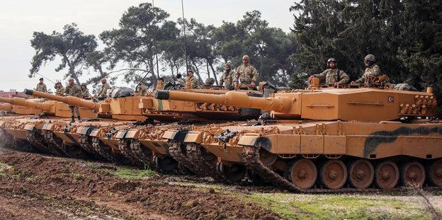 Türkische Panzer stehen nebeneinander